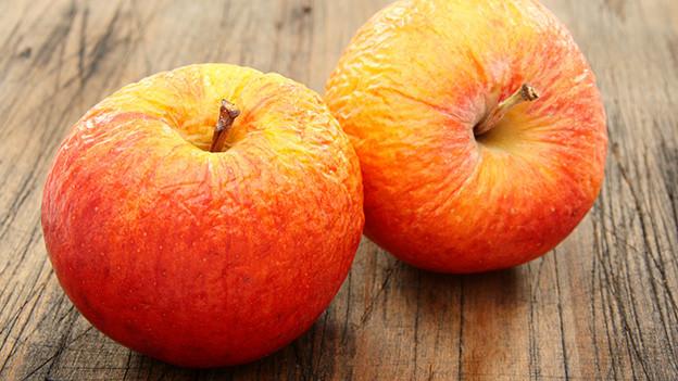 Zwei schrumpelige Äpfel.