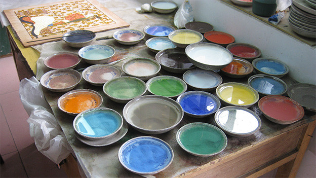 Viele Töpfe mit Emailfarben in verschiedenen Farbtönen.