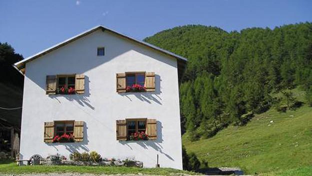 Modernes Gebäude in den Alpen.