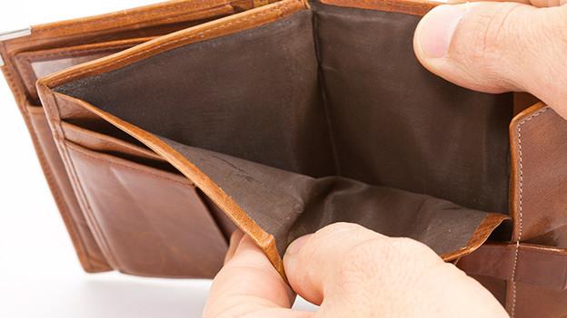 Grossaufnahme einer vollständig leeren Geldbörse.