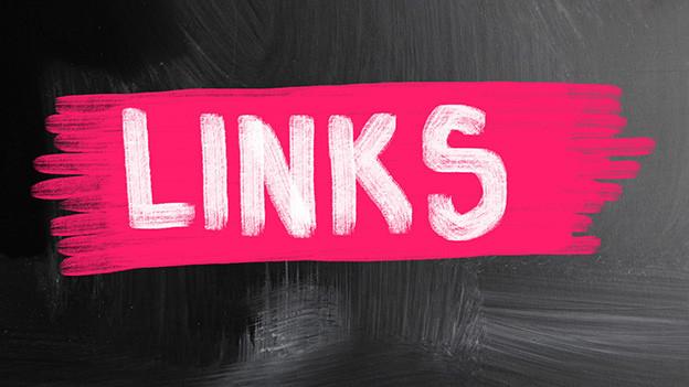 Das Wort links in weisser Schrift auf rosarotem Grund auf einer Wandtafel.