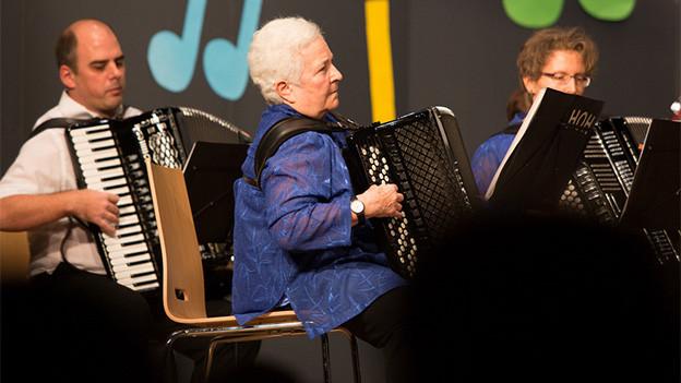 Ein Musikant und eine Musikantin während eines Auftritts.