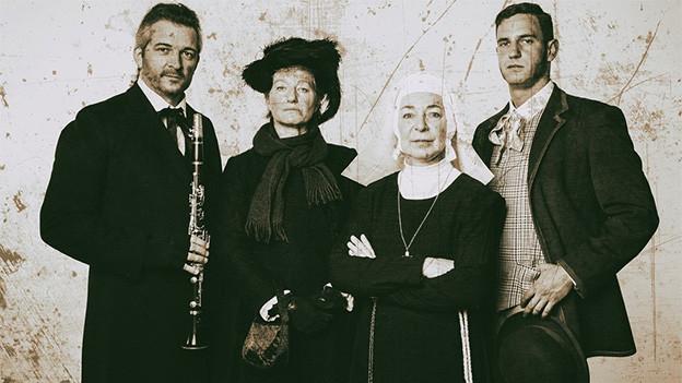 Auf alt getrimmte Fotografie, die zwei Männer und zwei Frauen zeigt.