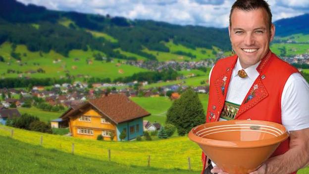 Mann dreht Münze in Teller mit Appenzeller Bergwelt im Hintergrund.