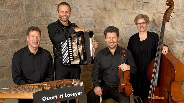 Eine vierköpfige Volksmusikformation mit ihren Instrumenten.