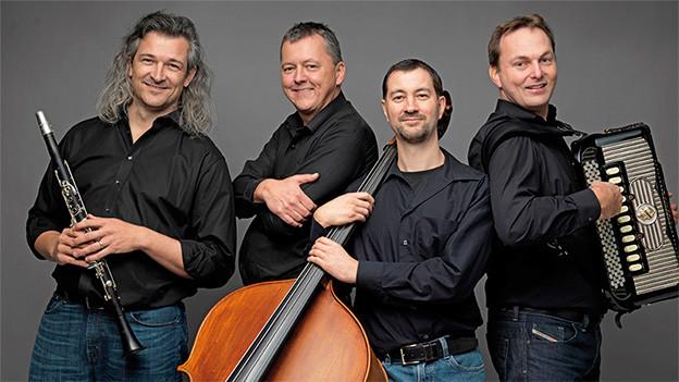 Vier Volksmusikanten mit ihren Instrumenten.