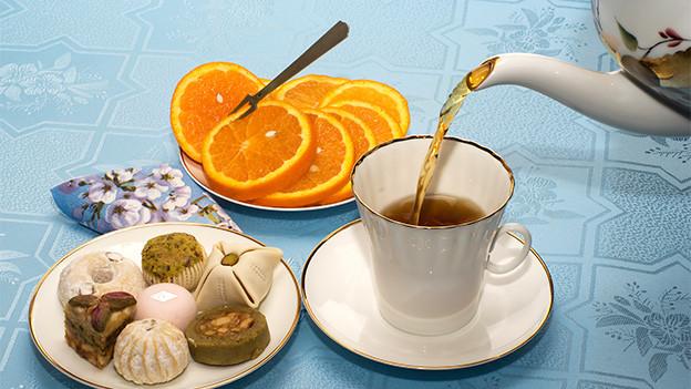 Eine Tasse Tee und Gebäck.