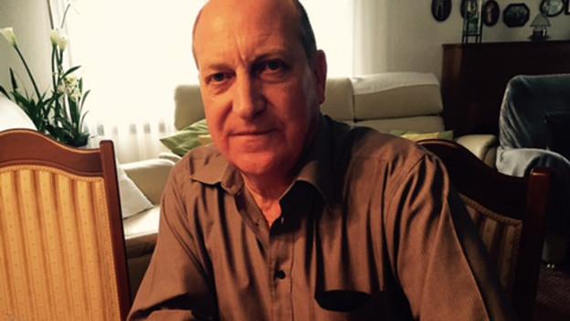 Werner Schelbert in seinem Wohnzimmer.