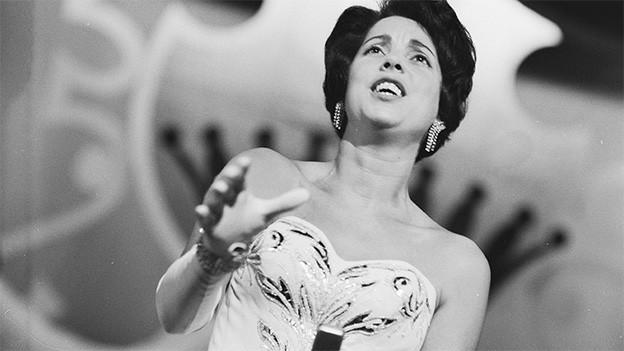 Schwarz-Weiss-Fotografie von einer Sängerin im Abendkleid.