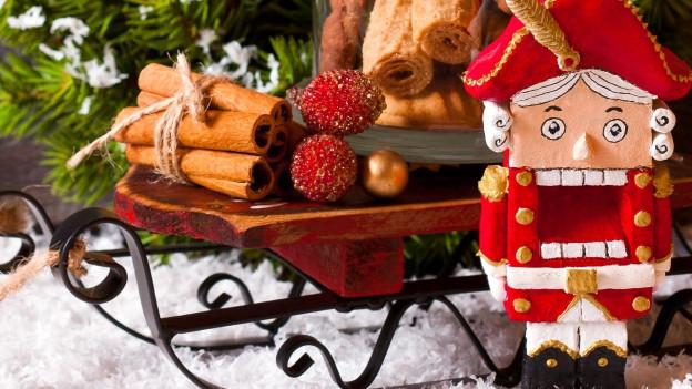 Weihnachtsdeko mit Nussknacker.