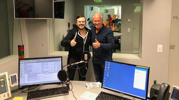 Zwei Männer in einem Radiostudio.