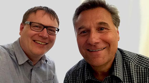 Selfie mit zwei lachenden Männern.