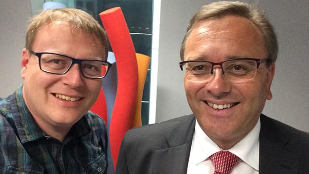 Selfie von zwei lachenden Männern.
