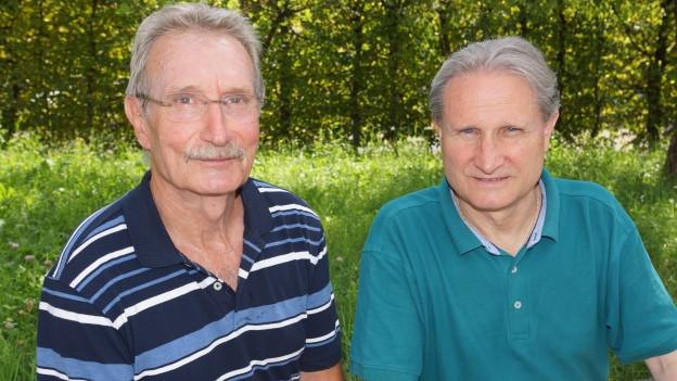 Zwei Männer auf sommerlicher Wiese