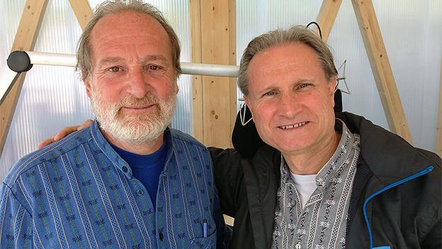 Gruppenfoto mit zwei Männern in einem Radiostudio.