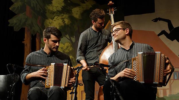 Eine dreiköpfige Volksmusikformation mit zwei Schwyzerörgeli und einem Kontrabass.
