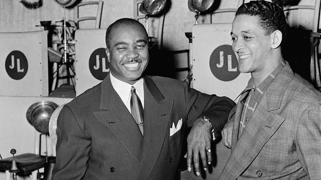 Zwei lachende dunkelhäutige Musiker.