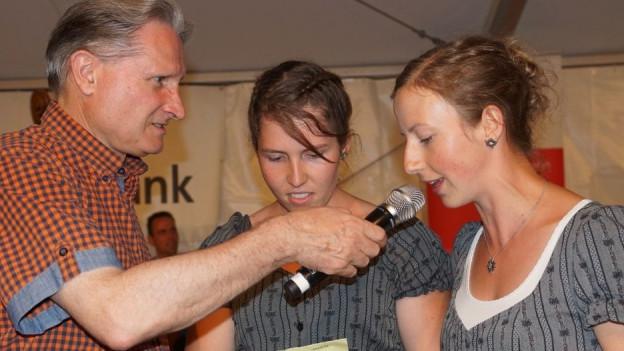 Beat Tschümperlin interviewt zwei junge Frauen.