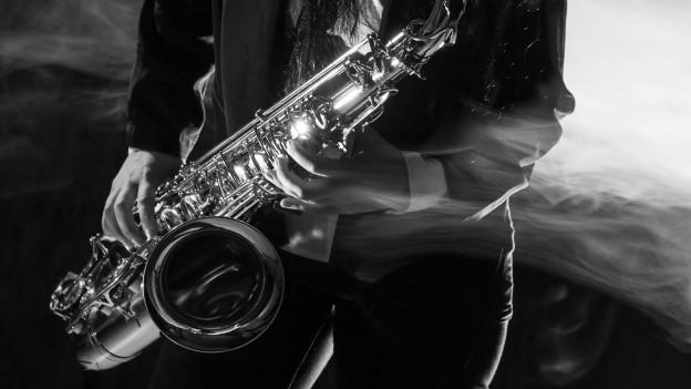 Eine unbekannte Person spielt Saxophon (Symbolbild).