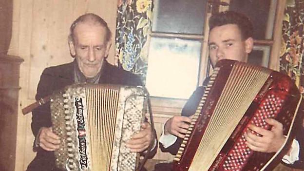 Zwei Männer mit Akkordeon.