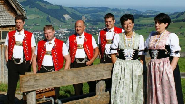 Vier Sänger und zwei Sängerinnen in Appenzeller Tracht.