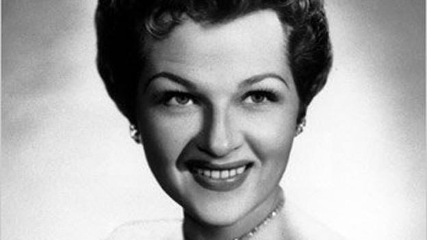 Schwarzweiss Foto einer jungen Frau.