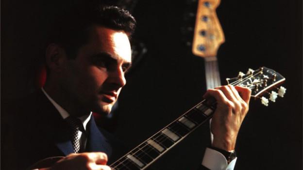 Ein Mann mit Gitarre.