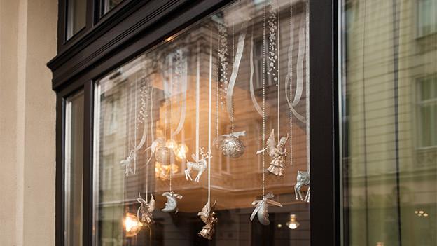 Grosses Fenster mit Weihnachts-Dekoration.