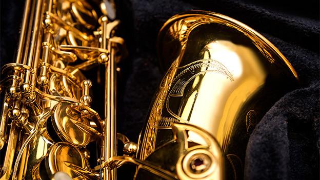 Grossaufnahme eines Saxofons.