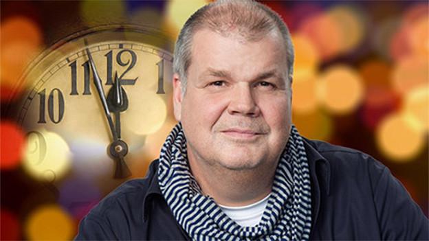 Bildcollage mit einem Mann neben einer grossen Uhr.