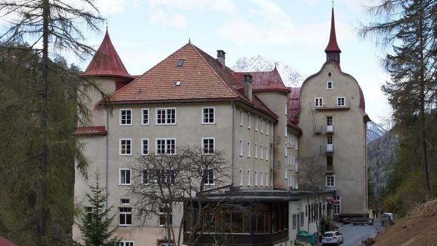 Ein grosser Schloss ähnlicher Bau.