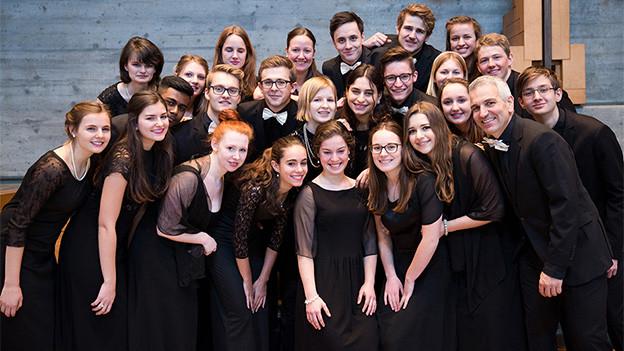 Ein grosser Chor mit jungen Frauen und Männern.
