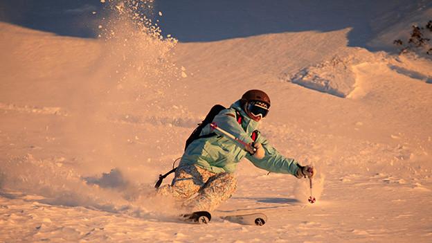 Ein Skifahrer im Pulverschnee.