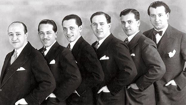 Sechs Männer, die der Grösse nach in einer Reihe stehen.