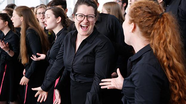 Fröhliche junge Chorsängerinnen