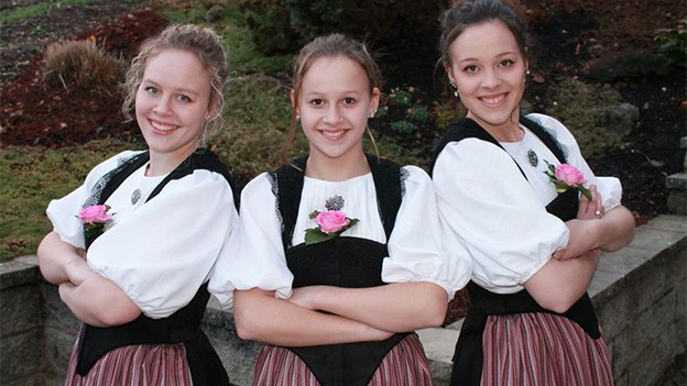 Drei junge Trachtenfrauen.