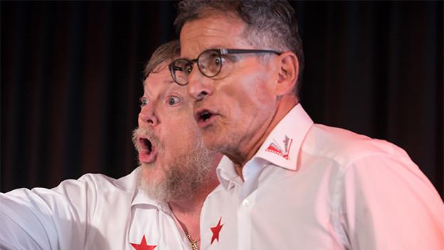 Zwei singende Männer.