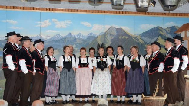 Oberländerchörli Interlaken in der Tracht am singen.