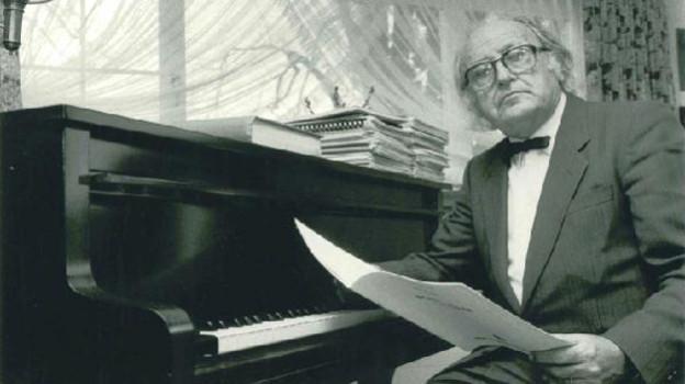 Mann am Klavier.