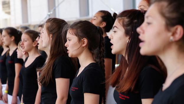 Ein Chor mit jungen Frauen.