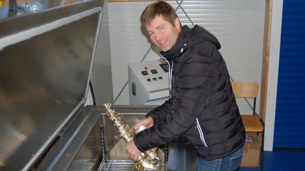 Wolfgang Lausecker legt ein Saxofon in seine Anlage für die «Tieftemperaturbehandlung».