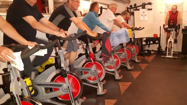 Gruppe Senioren auf Fahrädern.