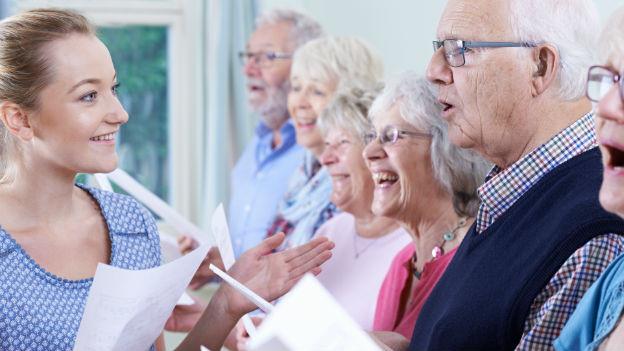 Senioren singen im Chor.