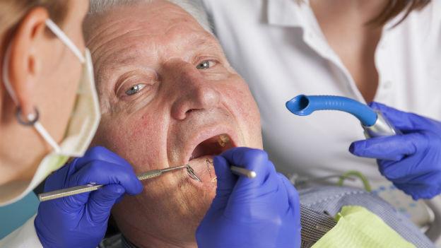 Senior beim Zahnarzt.