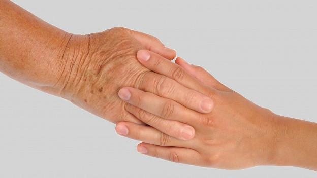 Zwei ineinander gefaltete Hände.
