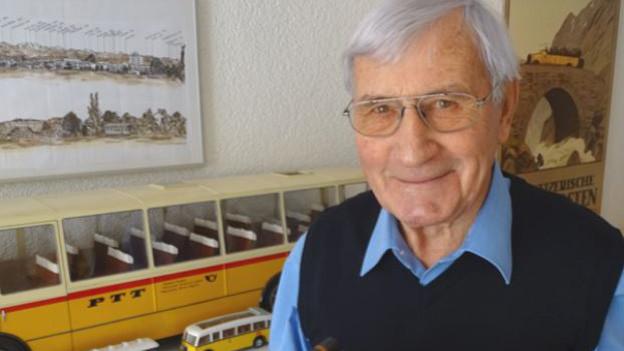 Senior vor Postauto-Modellen.