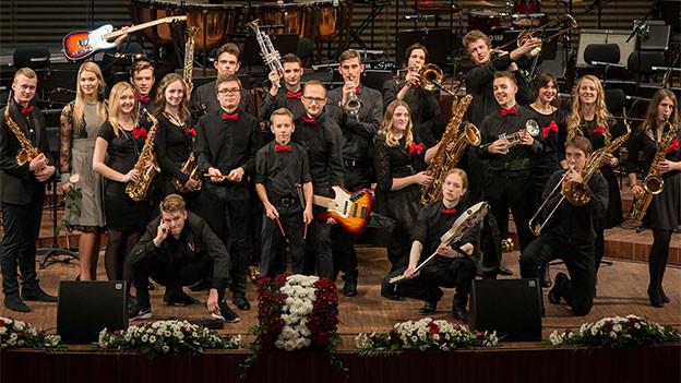 Ein grosses Orchester mit jungen Musiker.