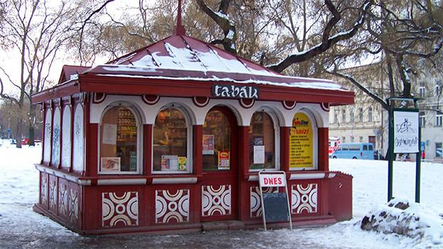 Ein kleiner roter Pavillon auf einem öffentlichen Platz.
