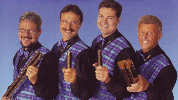 Band mit unterschiedlich grossen Mundharmonikas.