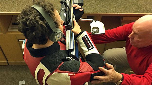 Kurt Brugger als Freiwilliger Helfer im Einsatz. Er betreut hier einen blinden Sportschützen.